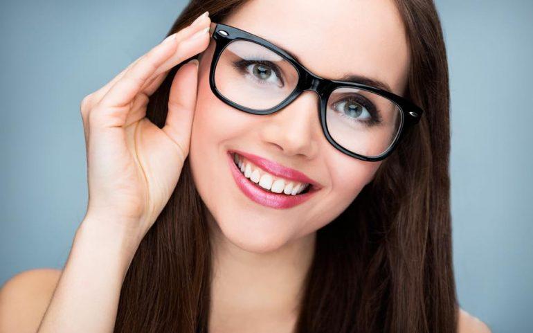 Chi porta gli occhiali è più intelligente ed onesto. La conferma è scientifica