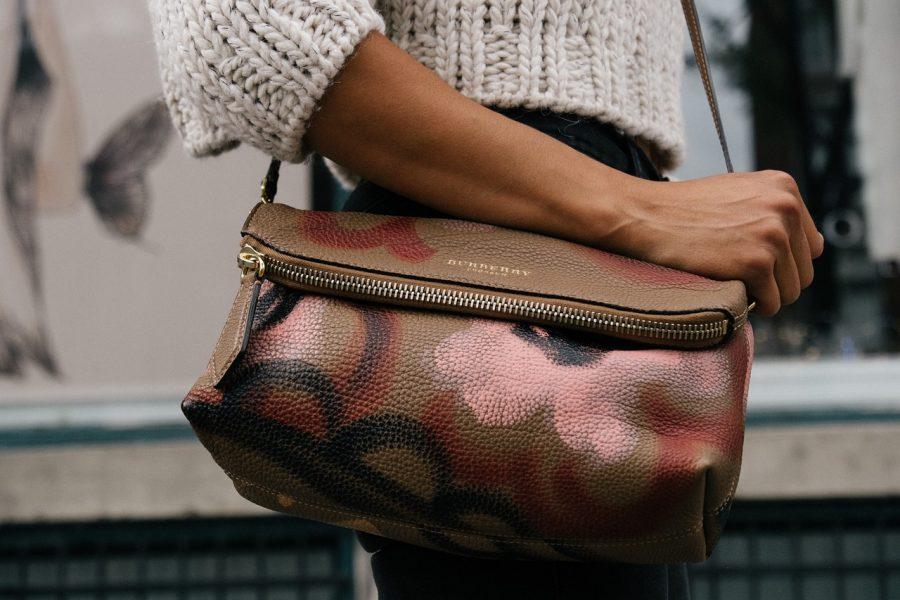 Gli oggetti che non possono mai mancare nella borsa delle donne