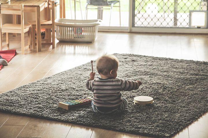 Un bambino che suona uno strumento musicale