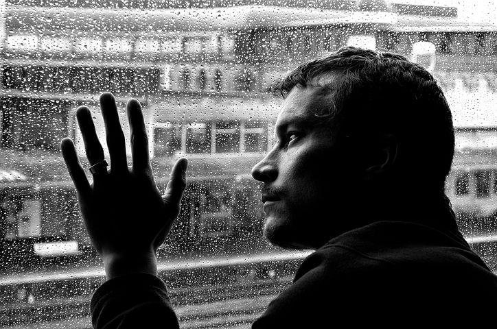 Uomo che guarda dal finestrino