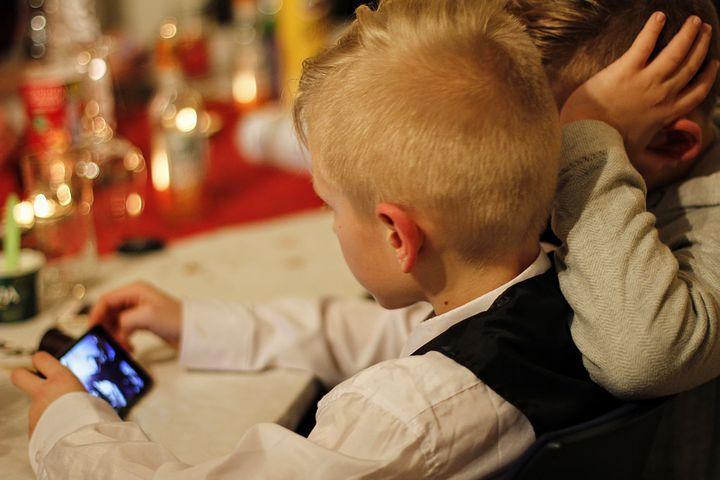 Un bambino che gioca con il telefono