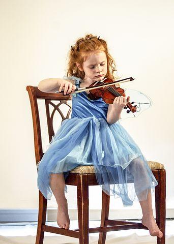 Una bambina che suona il violino