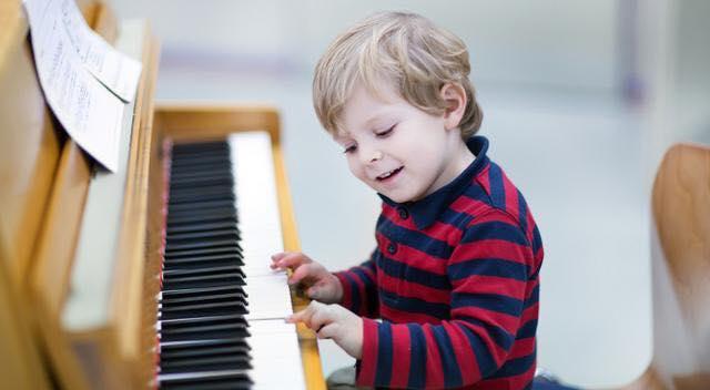 Telefoni e tablet sostiuti con gli strumenti musicali: i benefici nei bambini