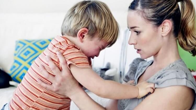 Mamma con suo figlio che piange