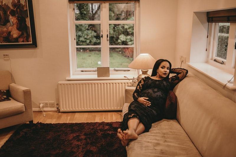 Ragazza incinta sdraiata sul divano