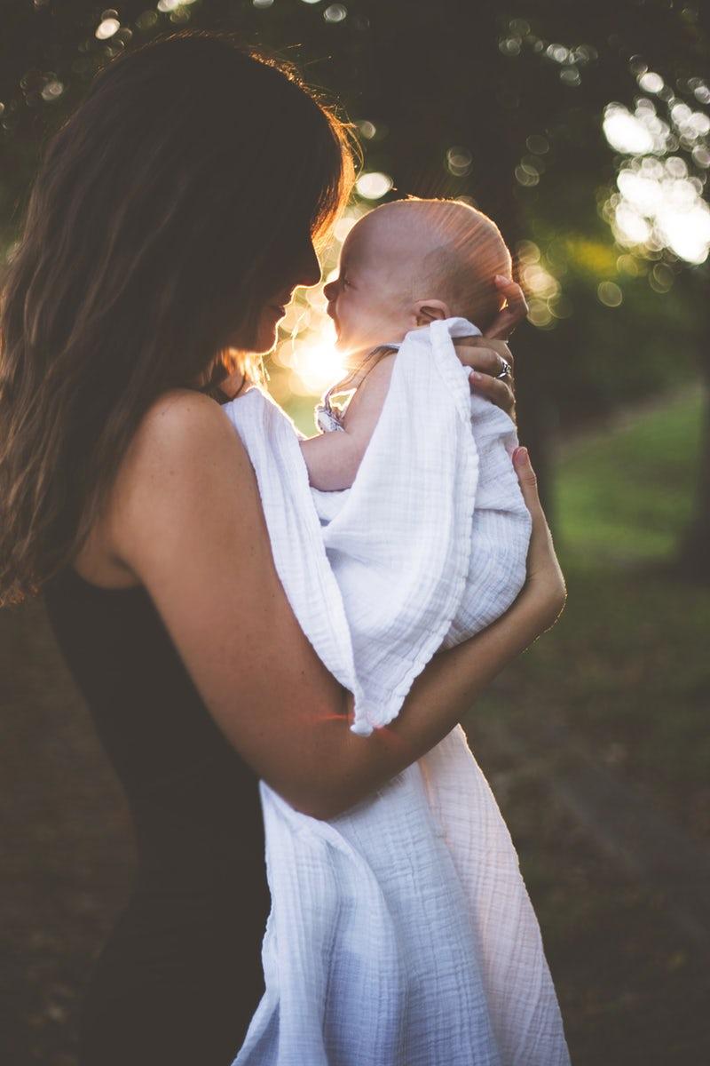 Un bambino con sua madre