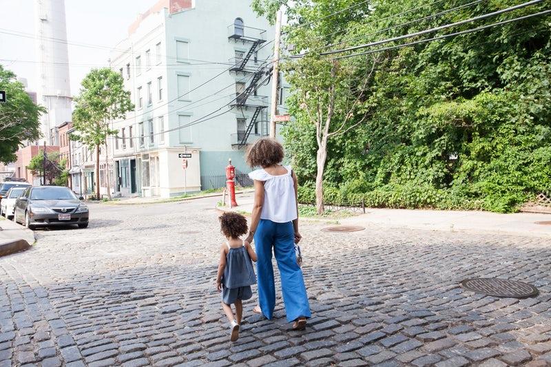 Una madre per mano a sua figlia