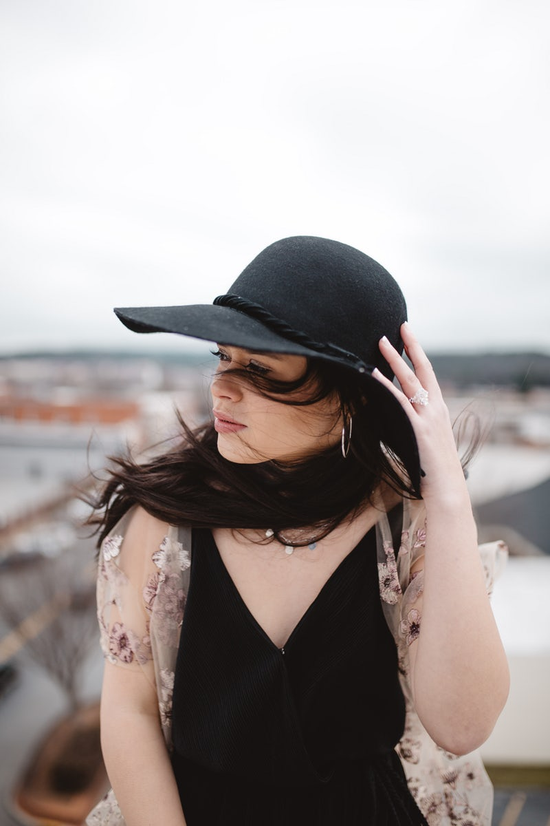 Ragazza con cappellino nero