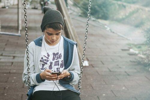 Ragazzo con il suo smartphone