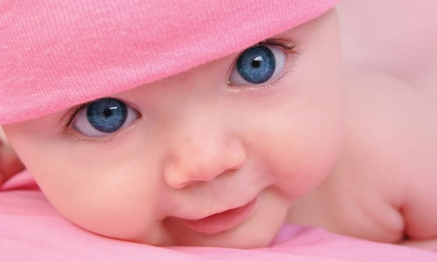 Bambina dagli occhi azzurri