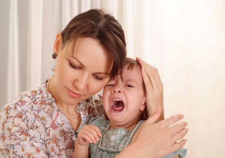 Mamma insieme ad un bambino che piange