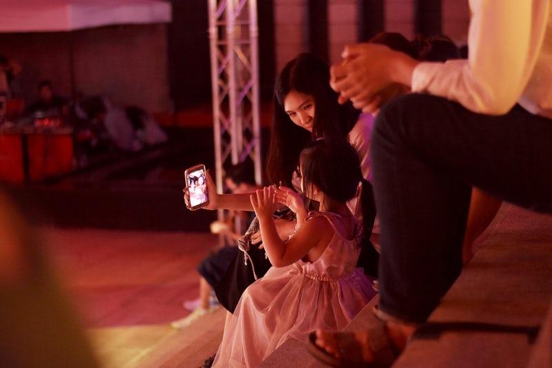 Famiglia che guarda un cellulare