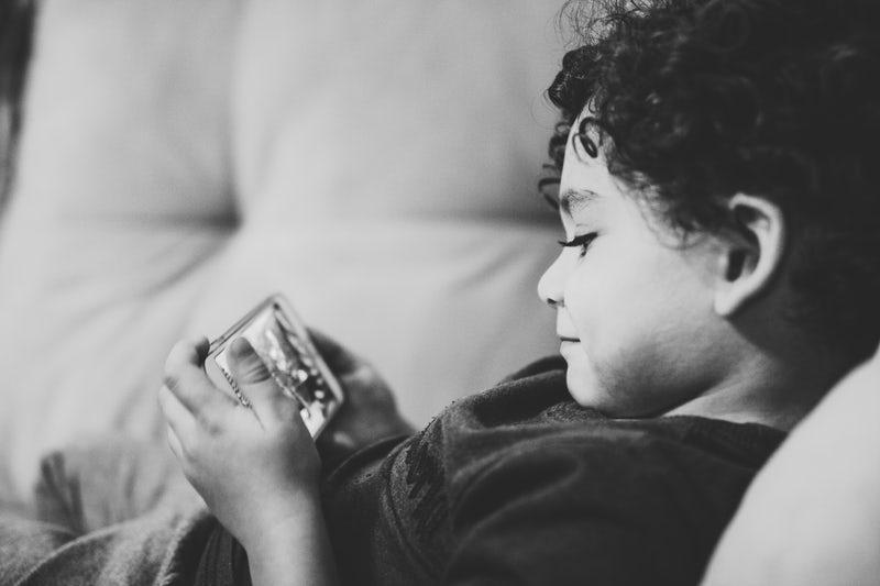 Bimbo che gioca con il cellulare