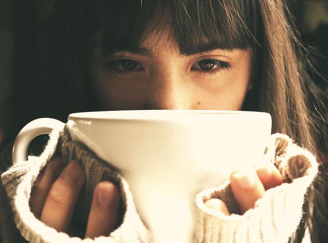 Ragazza che beve da una tazza