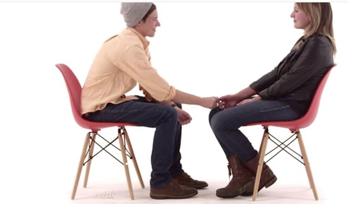 Due persone che parlano