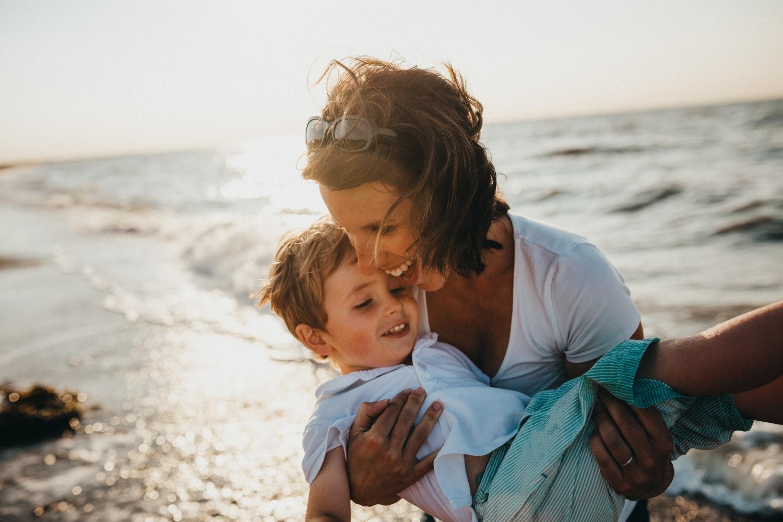 Una mamma che gioca con suo figlio
