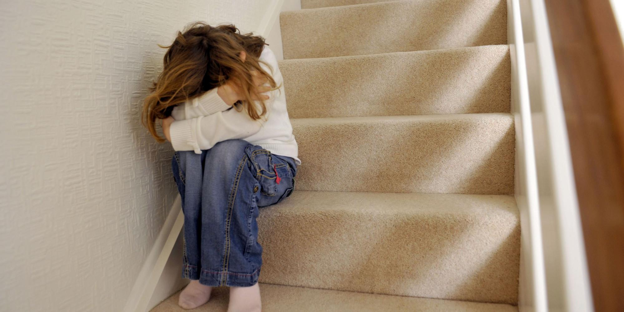 Abuso psicologico: Bambina che piange sulle scale