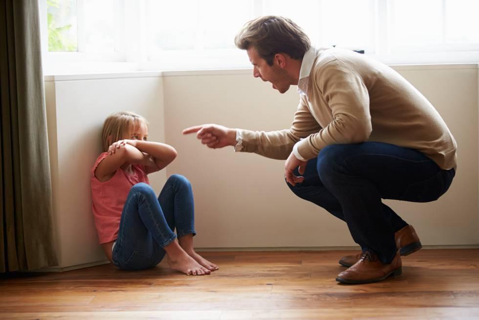 Padre che urla alla figlia
