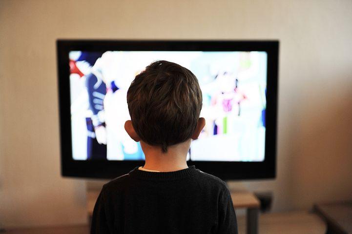 Bambino che guarda un film