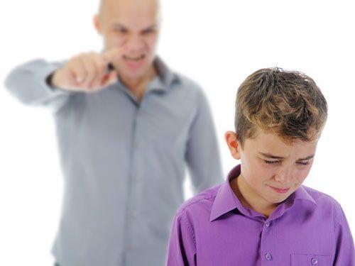 Padre che sgrida suo figlio