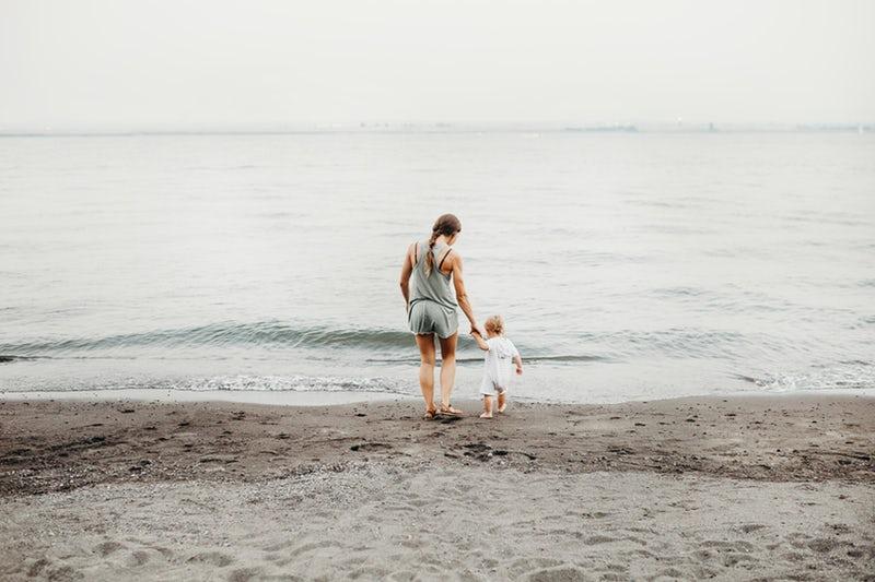 Un bambino insieme a sua mamma in spiaggia