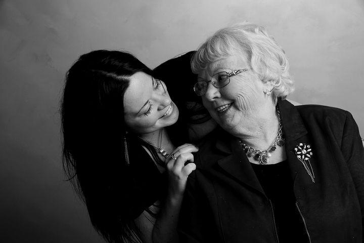 Una ragazza che ride con sua madre