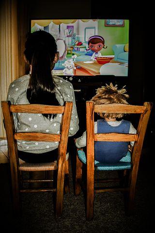 Una bambina che guarda un cartone animato