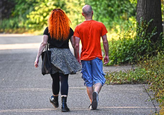 Due persone che camminano mano nella mano