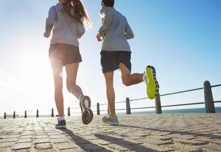 Due persone che corrono lungo il mare