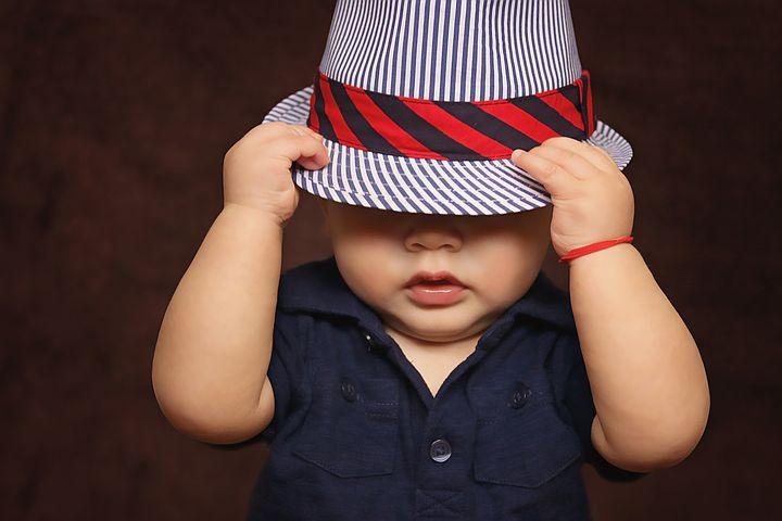 Bambino con un cappello