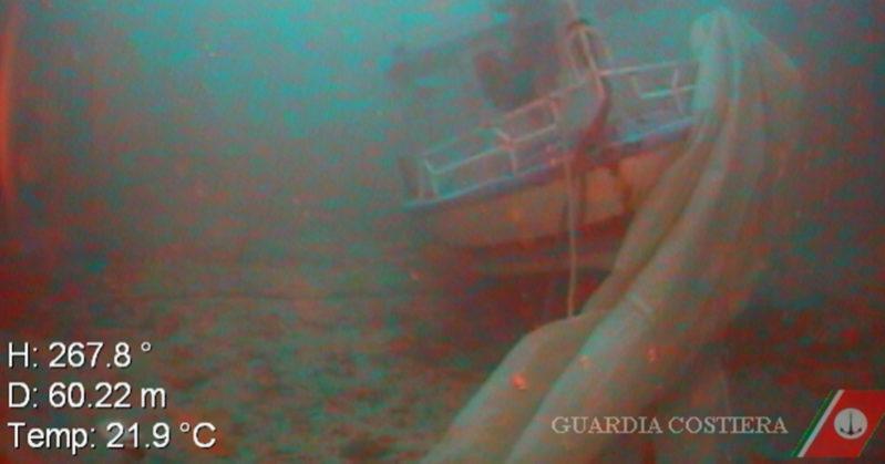 Madre e figlio morti abbracciati in fondo al mare