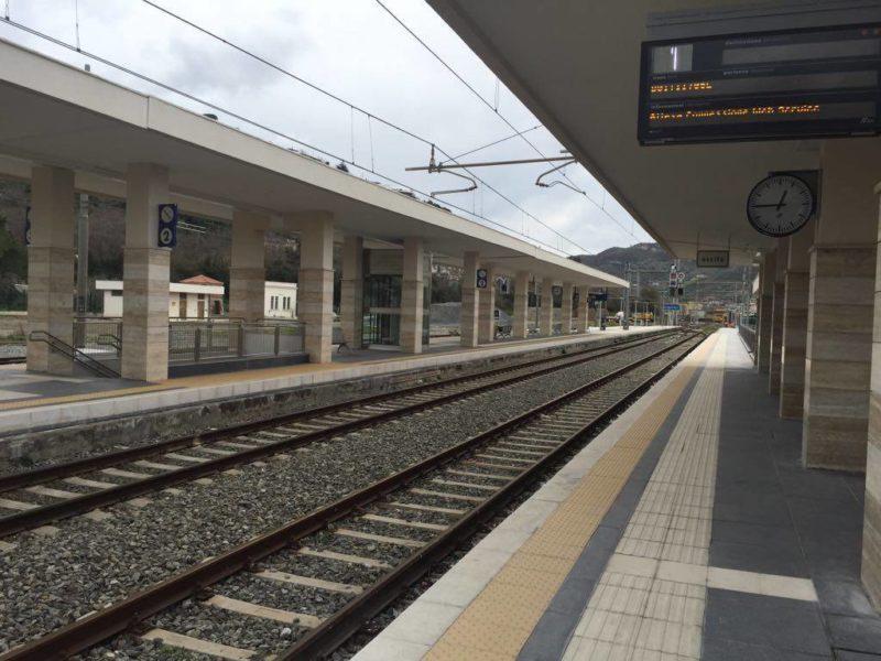 15enne si lancia sotto un treno