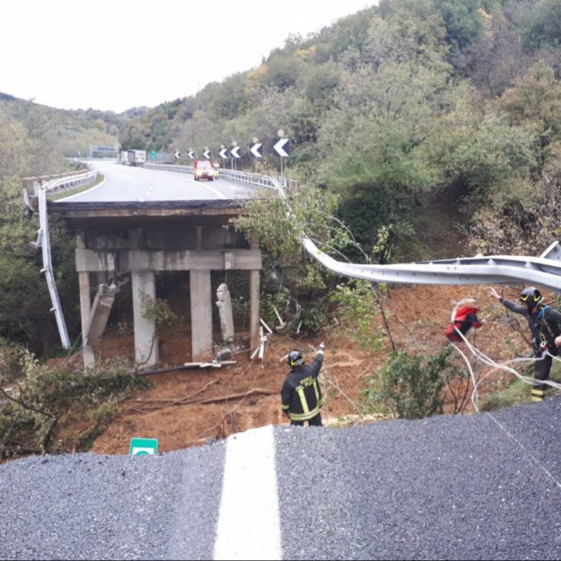 Liguria, crolla il viadotto della A6