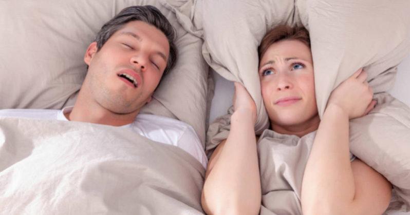 Dormire con una persona che russa può avere effetti dannosi sulla salute fisica ed emotiva