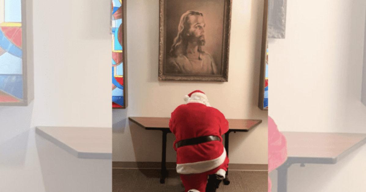 Babbo Natale sorpreso a pregare in ospedale