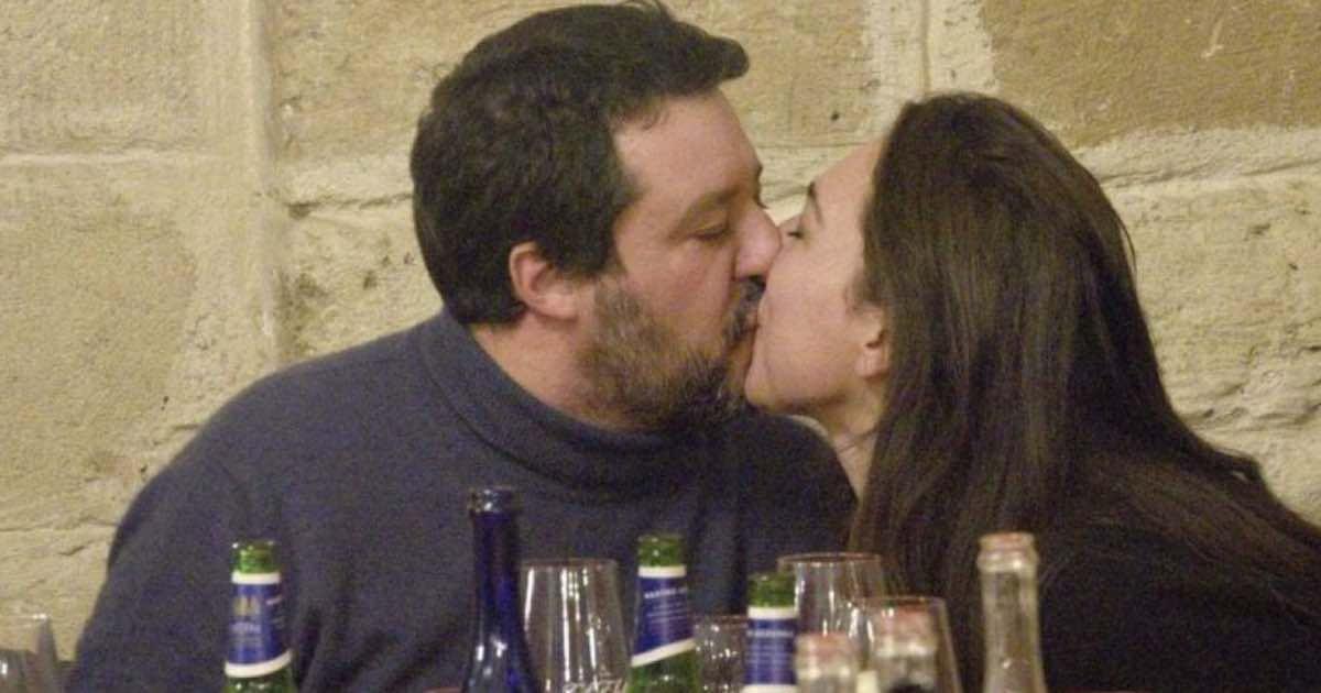 Matteo Salvini insultato e criticato bacia la fidanzata al ristorante. E un brindisi a chi gufa