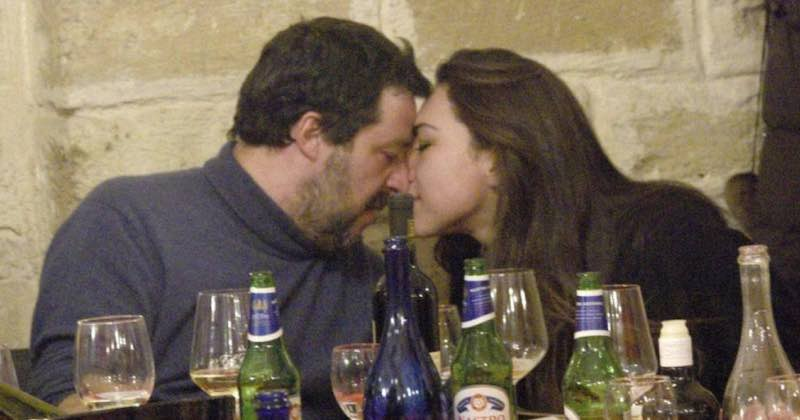 Matteo Salvini insultato e criticato bacia la fidanzata al ristorante