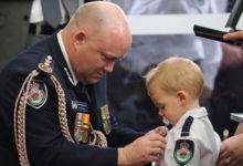 Photo of Pompiere muore negli incendi in Australia, il figlioletto riceve la medaglia