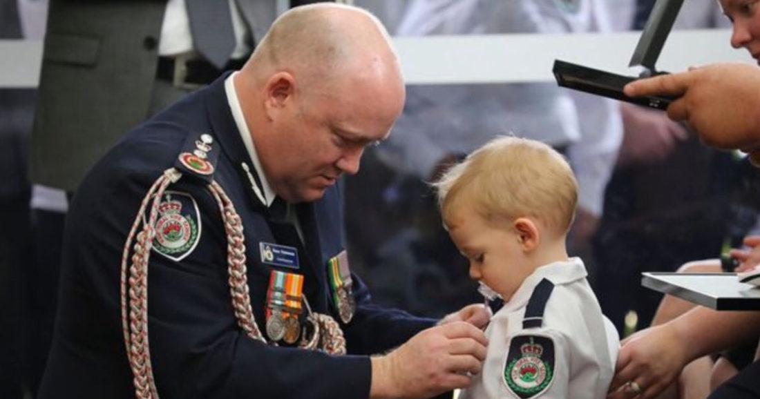 Medaglia al figlio del pompiere morto durante gli incendi in Australia