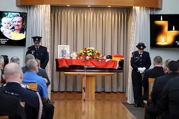 Pompiere muore incendi in Australia, il figlio riceve la medaglia