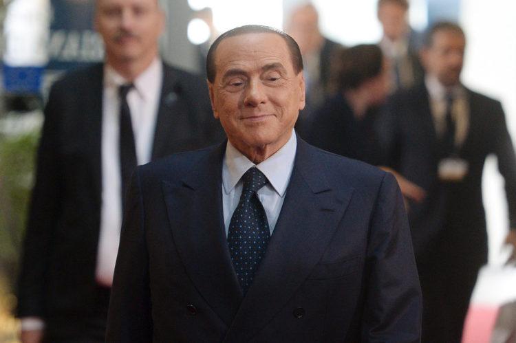 Silvio Berlusconi cavalcato a turno dalle ragazze in una stanza buia