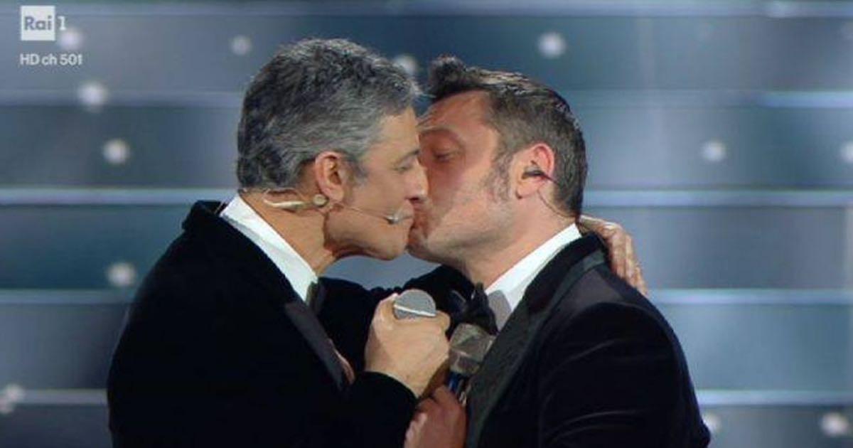 A Sanremo 2020 Fiorello bacia Tiziano Ferro e si scusa con il marito