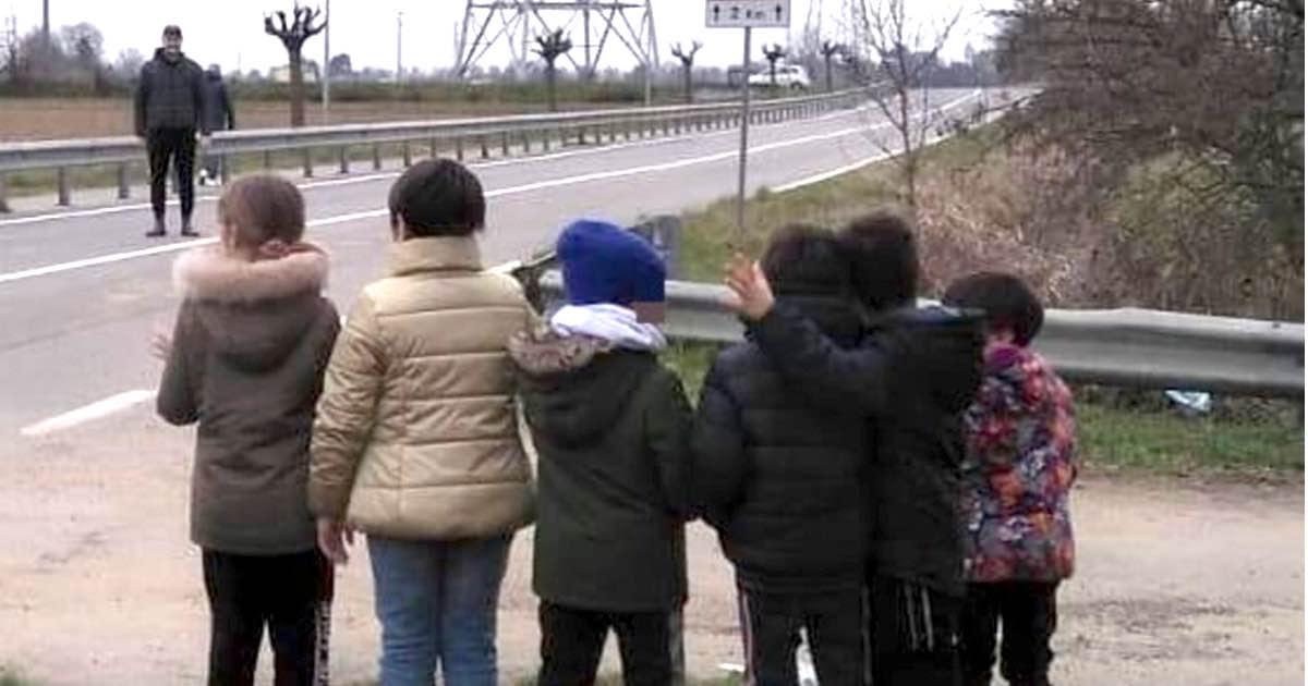 Coronavirus, gli alunni salutano il maestro da lontano