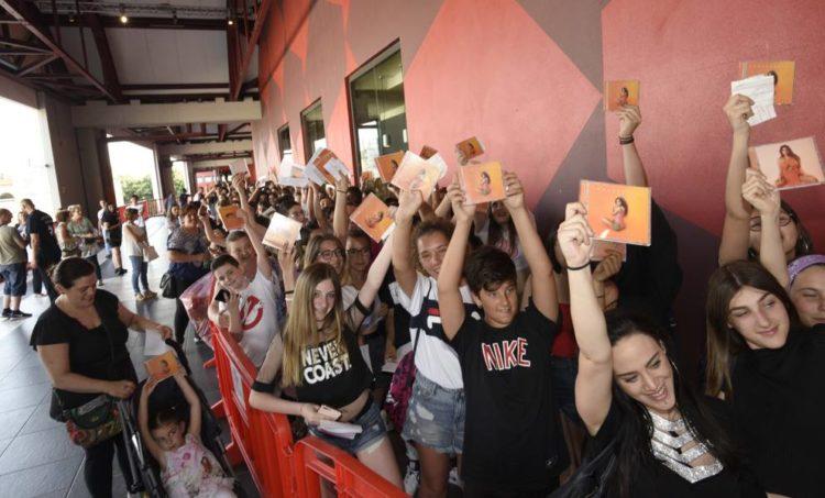 Coronavirus, Elettra Lamborghini raduna una folla