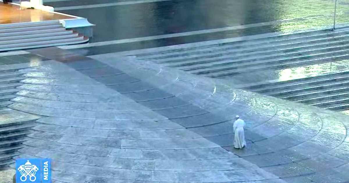 La preghiera di Papa Francesco da solo in una piazza San Pietro deserta