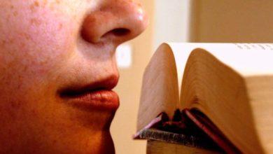 Photo of Il profumo irresistibile della carta, perché i lettori amano annusare i vecchi libri ?