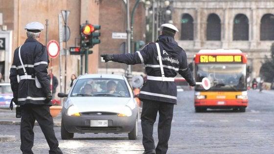 Vigile urbano trasforma il comando in centro estetico