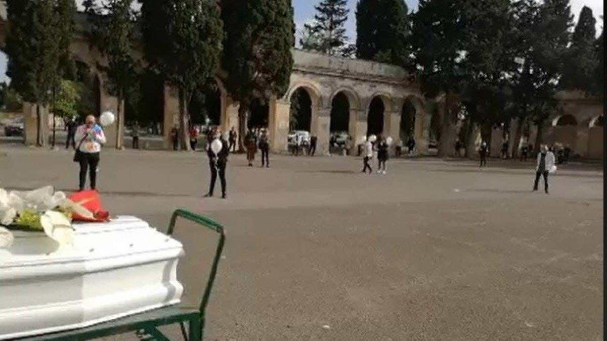 Vigilessa interrompe il funerale di una 32enne