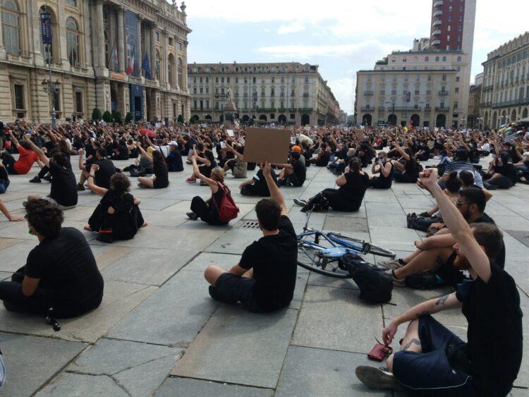 Torino, silenzio in memoria di George Floyd