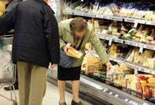 """Photo of Anziano scoperto a rubare pasta e affettati. In lacrime si scusa: """"Sono senza soldi"""""""
